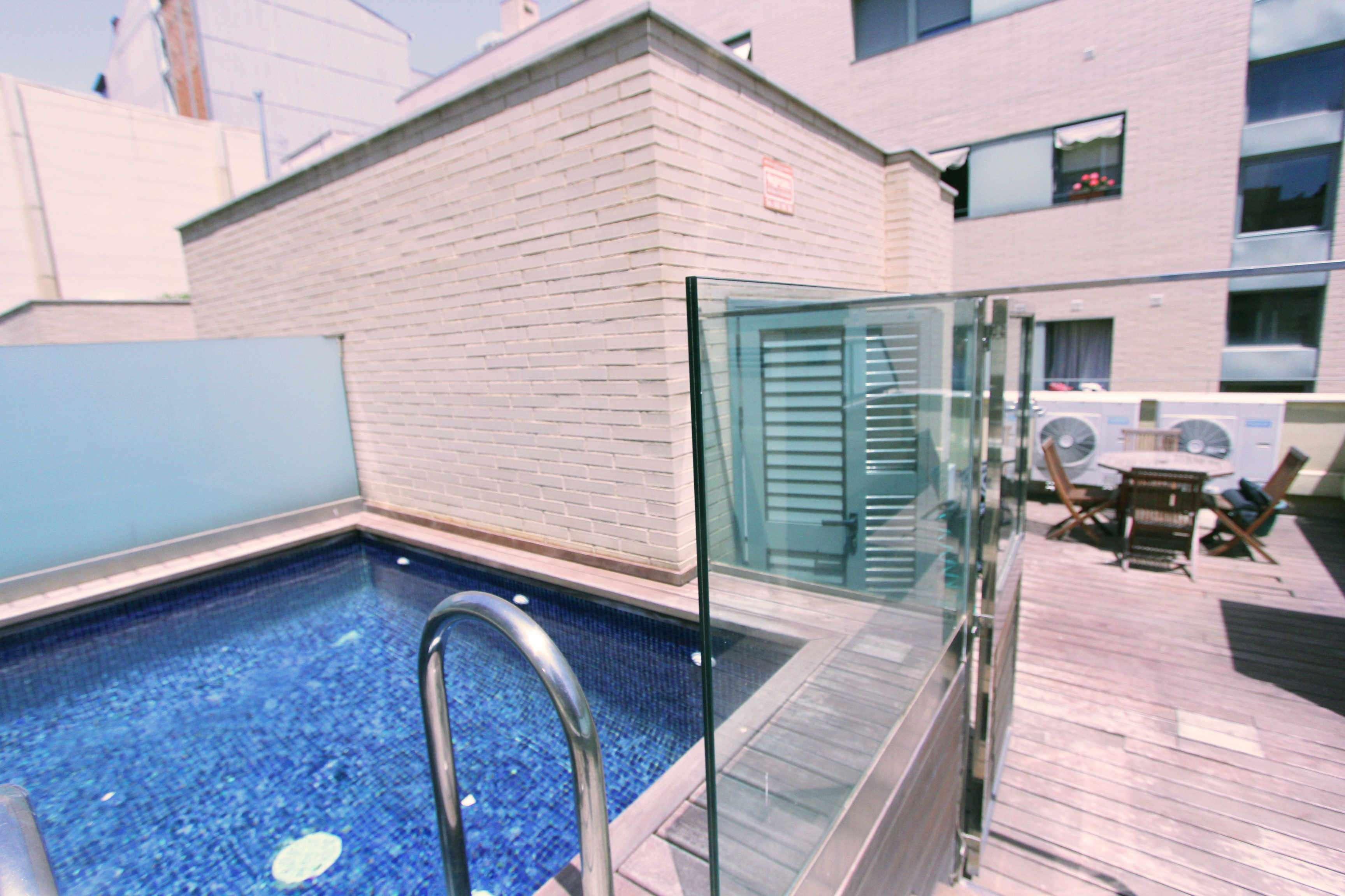 Светлый таунхаус с личным бассейном в Побленоу