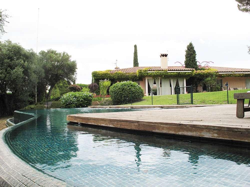 Великолепная вилла с бассейном в элитной зоне