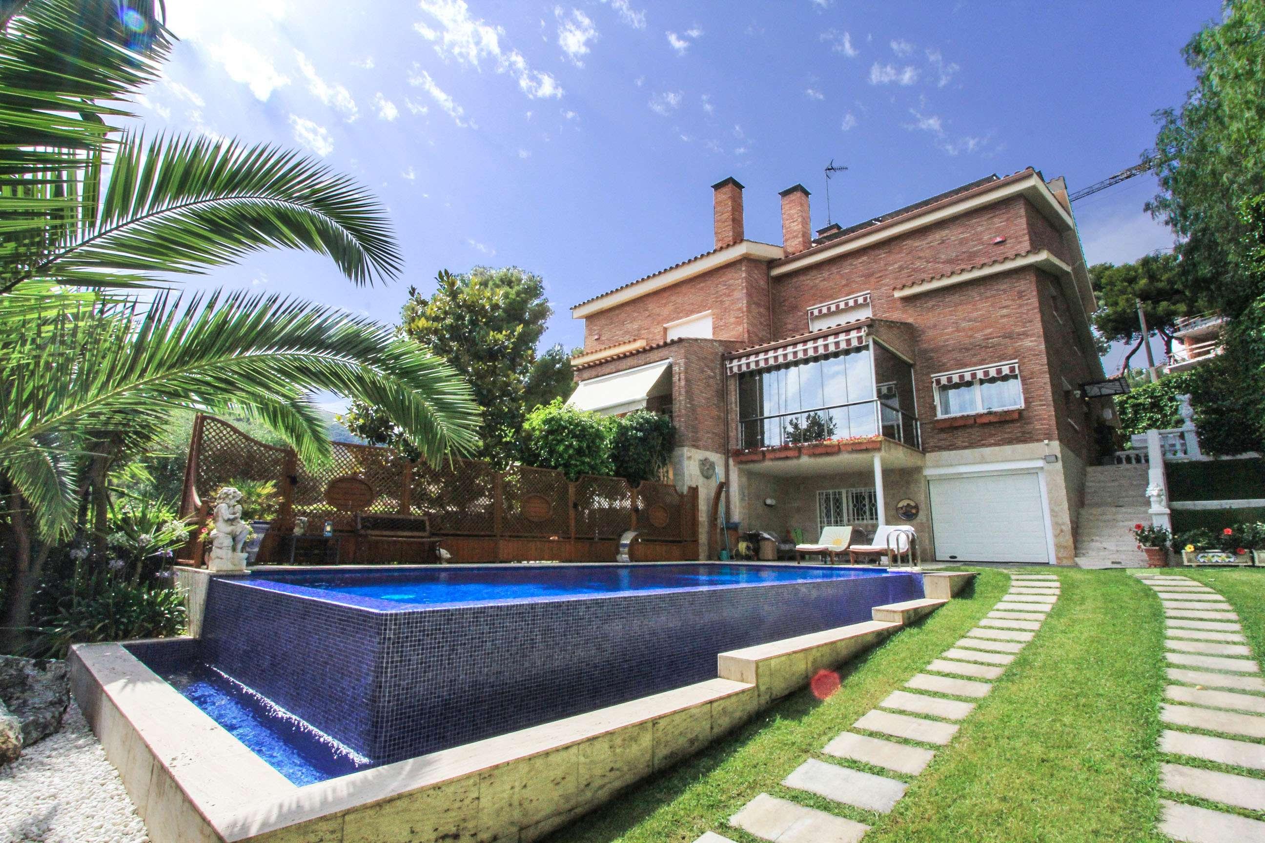 Дом в Кастельдефельсе с бассейном